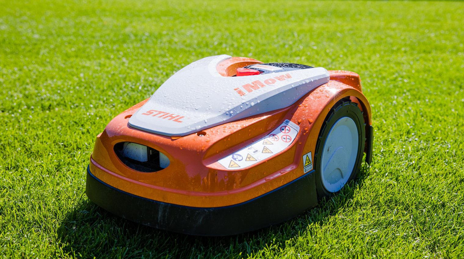 Mähroboter auf grünem Rasen