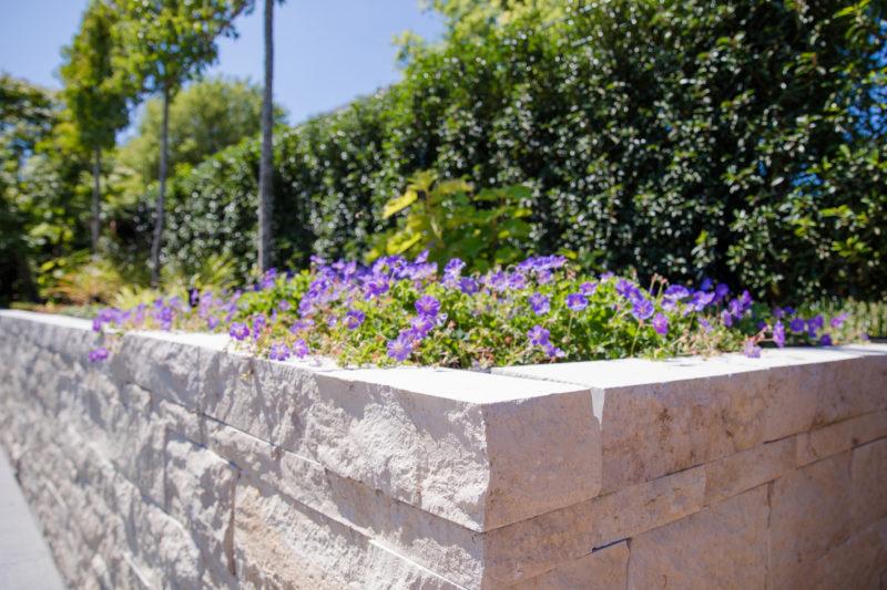 Garteneingrenzung aus Naturstein mit Bepflanzung