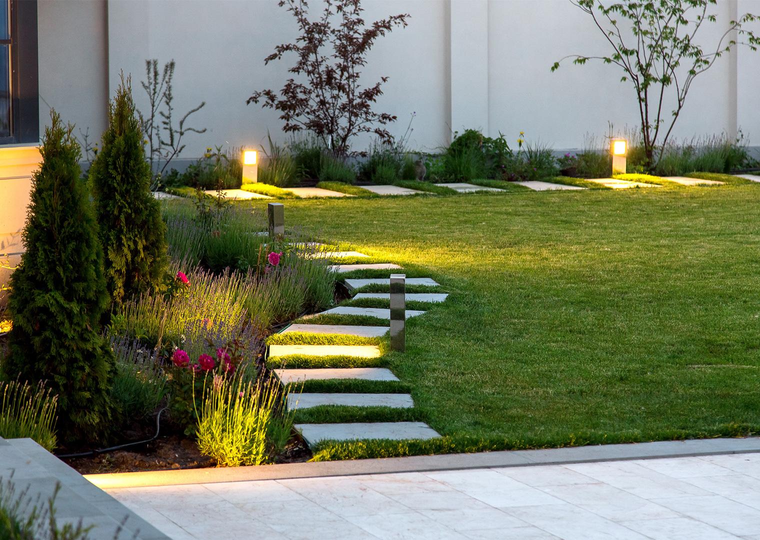 Gartenbeleuchtung am Wegrand